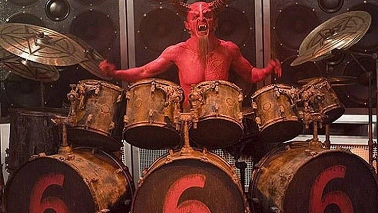 12 pessoas que foram acusados de fazer pacto com o diabo: diabo tocando bateria