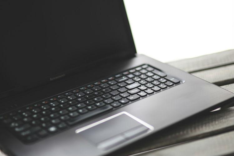 Melhores Marcas de Notebook: Imagem de um notebook sobre uma mesa
