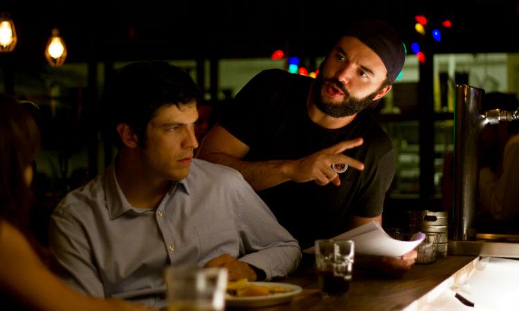 Talvez Uma Historia de Amor: ator mateus solano conversando do bar