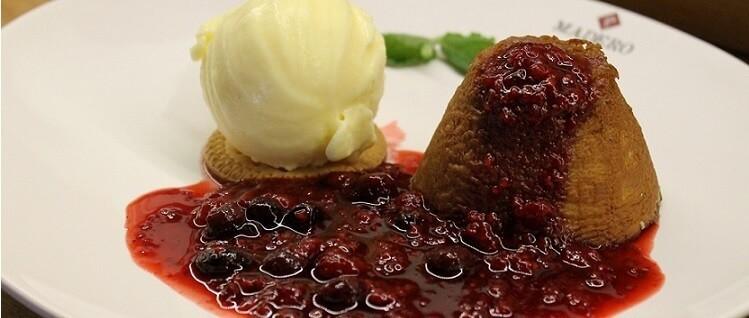 foto petit gateu com sorvete do restaurante madero