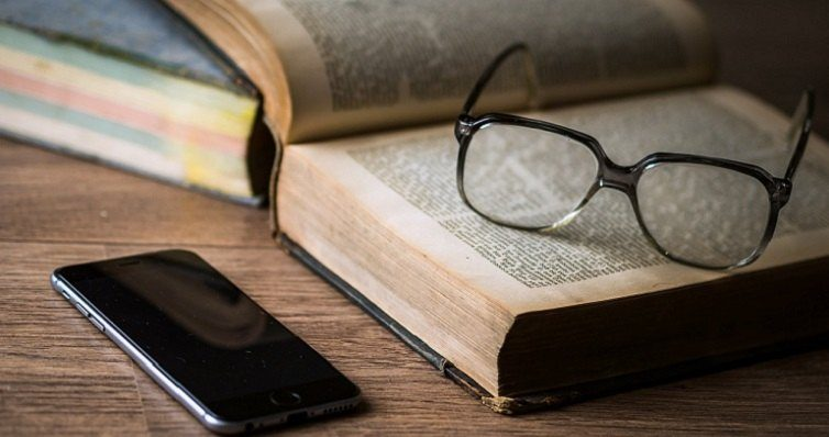 Melhores Livros de Auto Ajuda: Foto de um livro, um óculos e um smartphone
