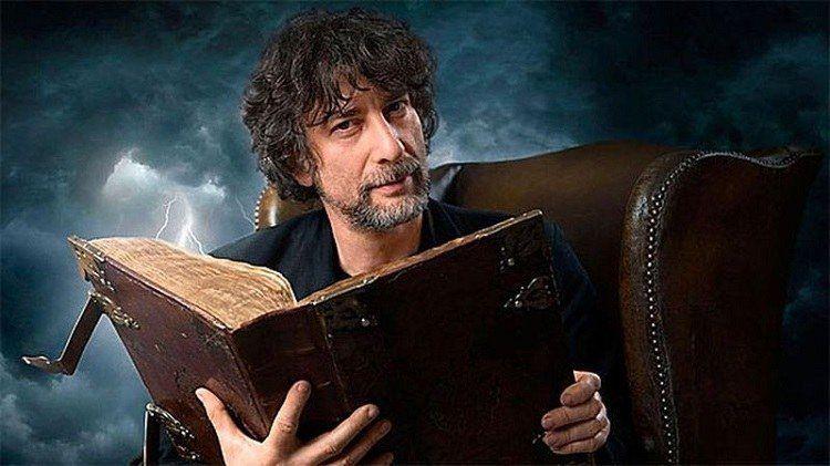 Foto Neil Gaiman segurando um livro