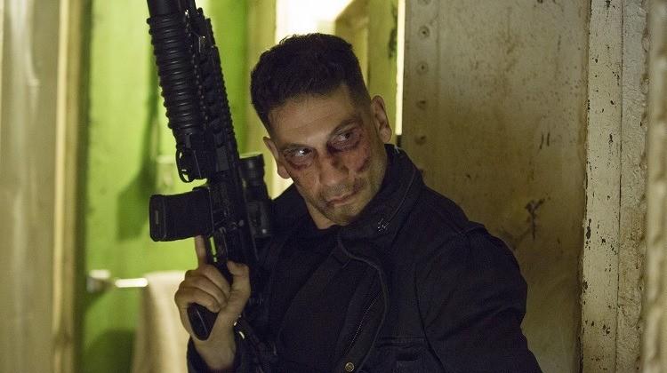 Justiceiro na série da Netflix com um fusil