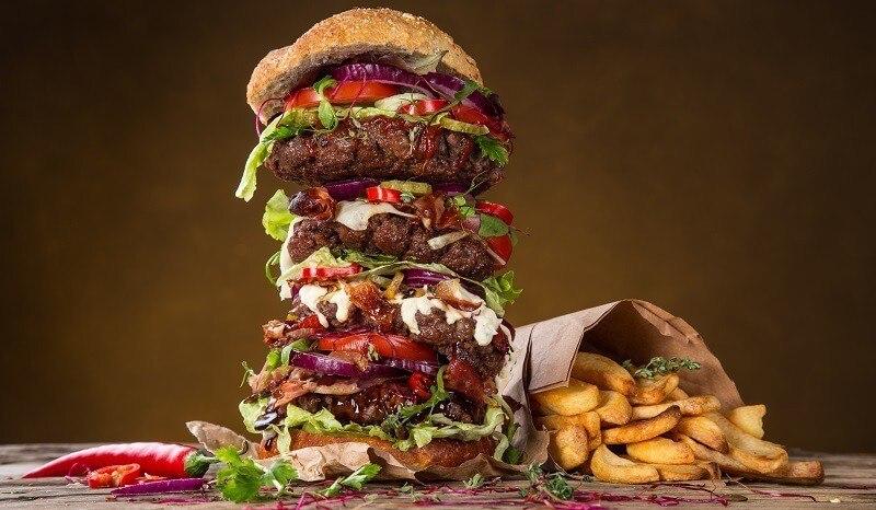 Hamburger muito grande com batata
