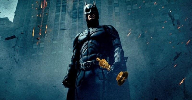 Batman segurando um Oscar