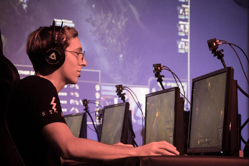 Homem participando de campeonato de jogos online