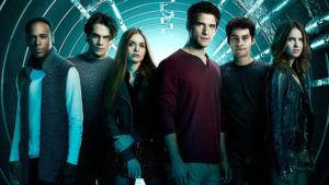 Atriz de Teen Wolf desembarca em São Paulo para evento da série