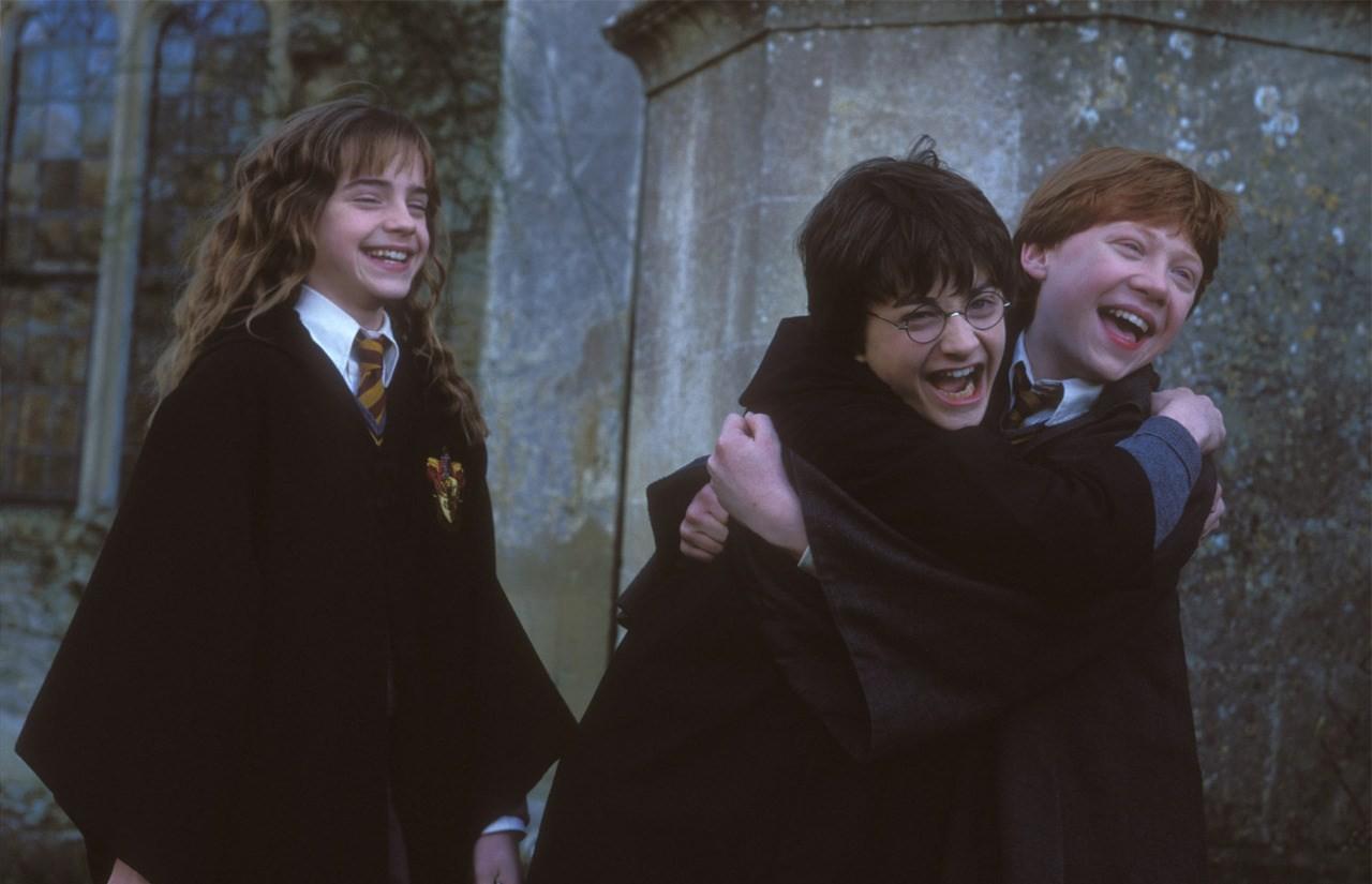 Harry Potter   Plataforma traz personalidades lendo primeiro livro da saga